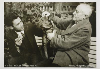 """Plakát """"F. X. Šalda ukazuje B. Fučíkovi svého psa"""""""